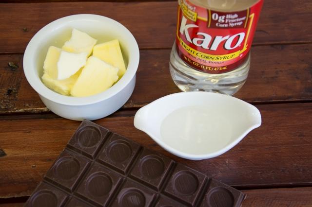 Profiteroles rellenos de helado y cubierta de chocolate